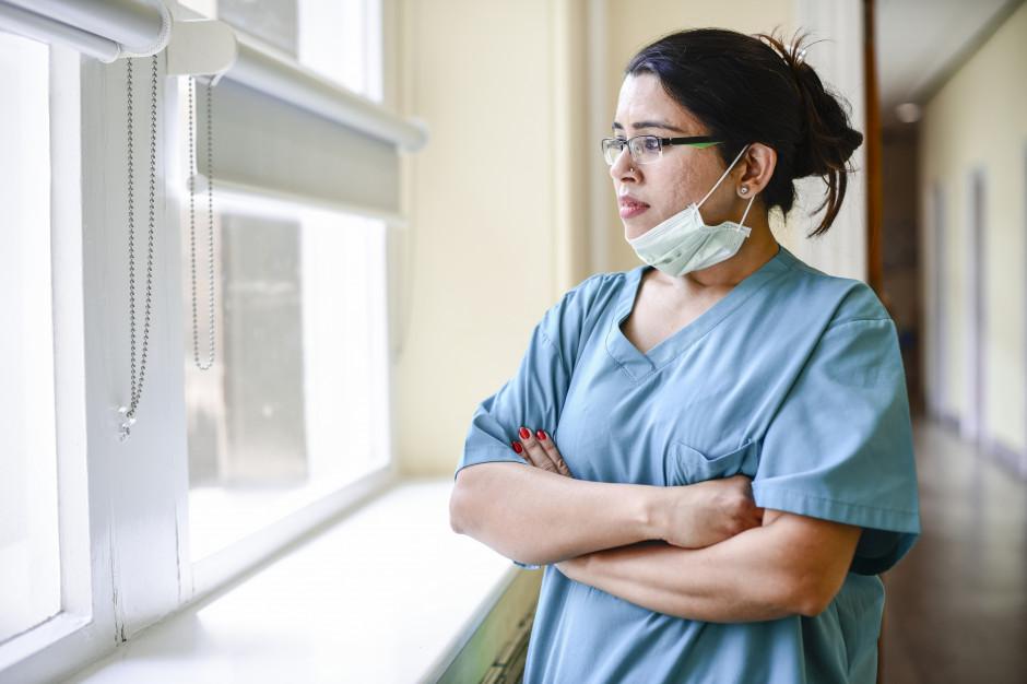 Opiekun medyczny nie musi wracać do szkoły. OSOM odpowiada na wątpliwości