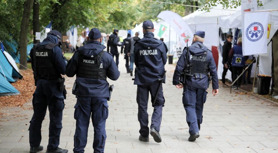 Wypadek w Białym Miasteczku w Warszawie. Padły strzały. Mężczyzna nie żyje
