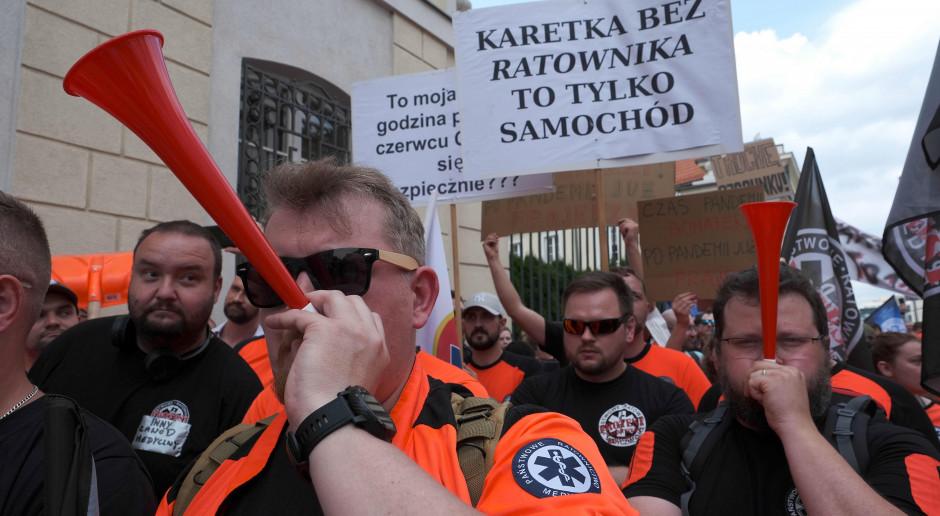 Burza wokół porozumienia części ratowników z MZ. Inni odpowiadają: protest trwa. Co się stało?