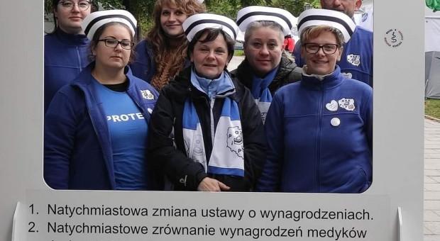 Pielęgniarki i położne w Białym Miasteczku Fot. OZZPiP