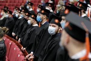 Blisko 500 studentów odebrało dyplomy WUM. To absolwenci pielęgniarstwa, ratownictwa i położnictwa
