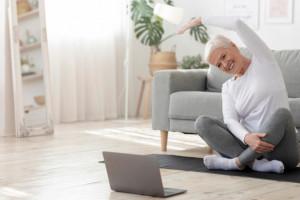 Korzystanie z internetu przez seniorów poprawia ich sprawność umysłową, szczególne u kobiet