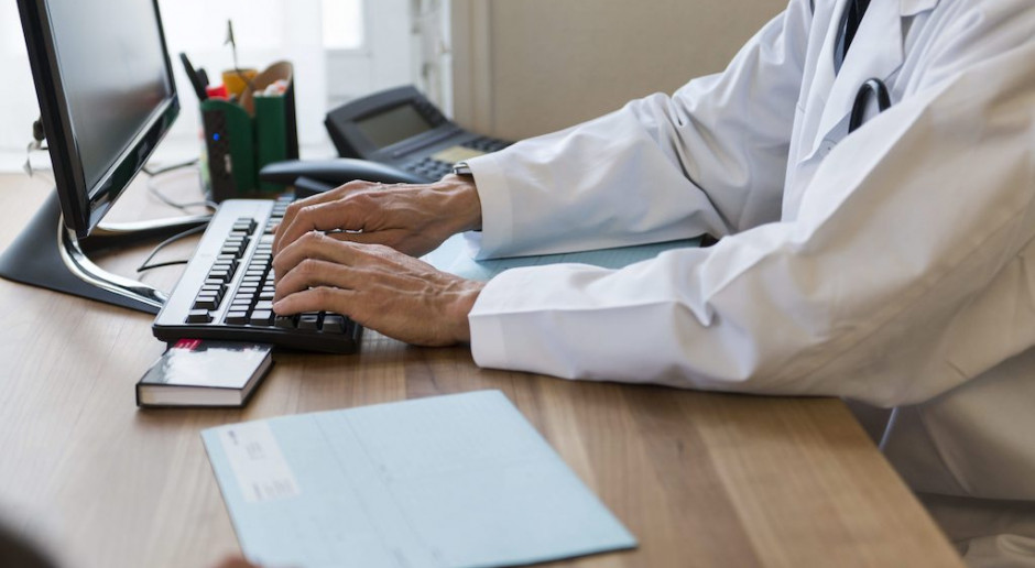 Prowadzenie e-dokumentacji medycznej idzie jak po grudzie. Edukacji potrzebują lekarze i pacjenci