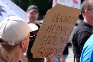 """Powstał ruch Polska Jest Jedna. Sprzeciwia się m.in. """"segregacji sanitarnej"""". Wśród liderów są lekarze"""