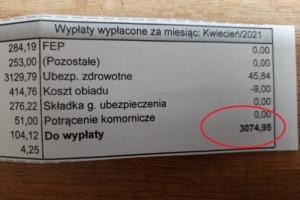 """Przed KPRM pielęgniarka pokazała pasek z wypłaty. """"Tak zarabia polska pielęgniarka z wieloletnim stażem"""""""