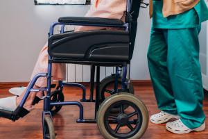 Opiekun medyczny będzie mógł pobrać krew i podać leki. Co może teraz? LISTA