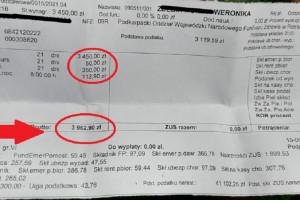 """Przed KPRM pielęgniarka pokazała pasek z wypłaty. """"Tak świetnie zarabia polska pielęgniarka"""""""