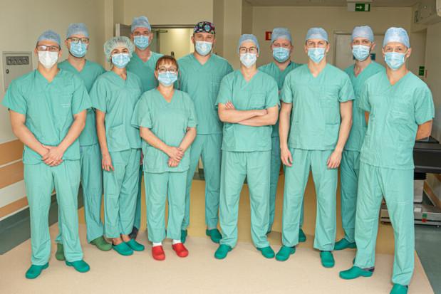 WUM: 78-latce wszczepiono endoprotezę stawu kolanowego przy użyciu jedynego w Polsce robota ortopedycznego NAVIO Fot. Mat. prasowe