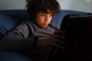 Nastolatki nie miały dość komputera w czasie wolnym mimo nauki zdalnej. To wpłynęło na ich zdrowie BADANIA