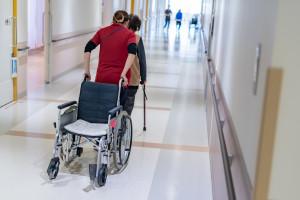 Rozstrzyga się przyszłość opiekunów medycznych. MZ: trwają prace nad projektem ustawy