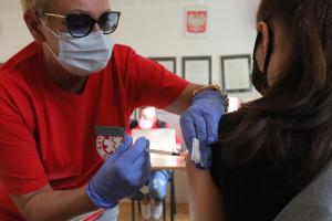 Trzecia dawka szczepionki ważna nie tylko dla odporności. Ma wydłużyć tzw. paszport covidowy