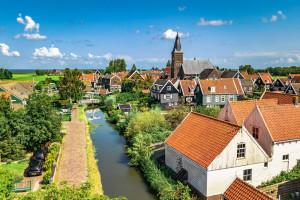 Holandia: niektórzy szczepią się w tajemnicy. Reszta uważa, że Covid pochodzi od Boga