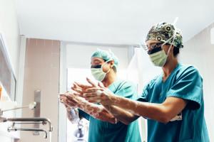 Ile zarabia pielęgniarka, położna, lekarz, dentysta? Powstał raport o zarobkach w ochronie zdrowia